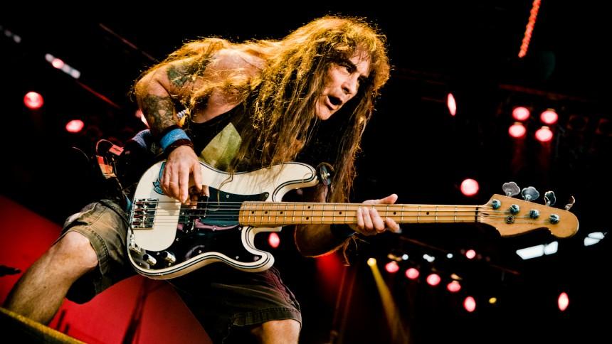Iron Maiden-basist på Europaturné