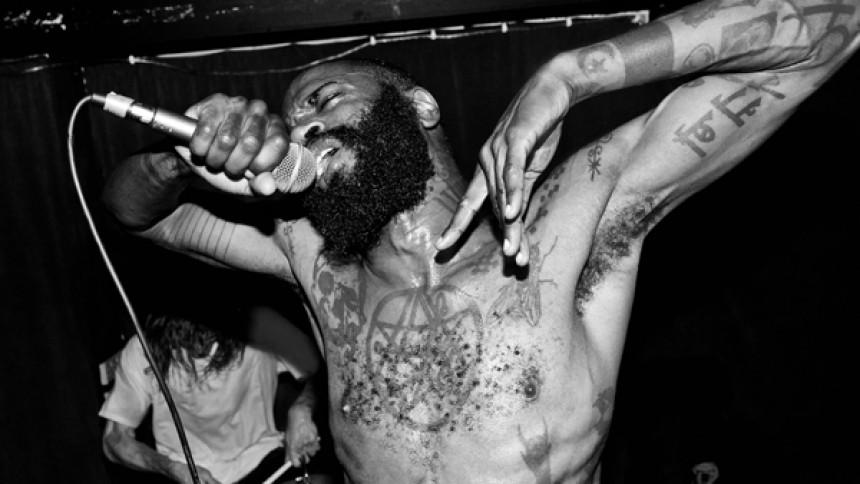 Hyllad hiphopgrupp kör över skivbolag