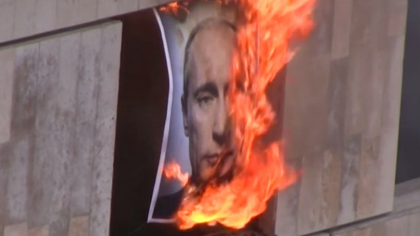 Pussy Riot bränner Putin