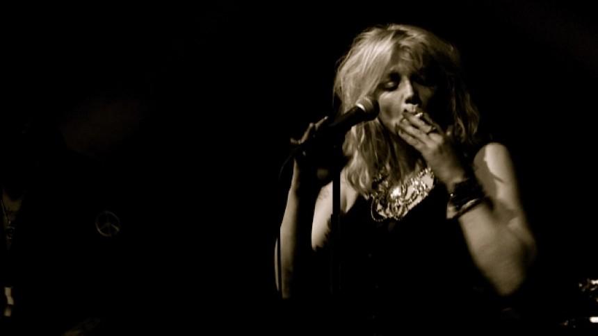 Se Courtney Love göra ett mycket speciellt gig