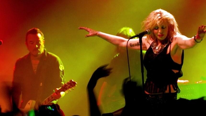 Courtney Love söker gentjänst från rapikon