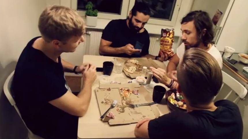 VIDEOPREMIÄR: Navid Modiri & Gudarna – Det Är Inte Lätt
