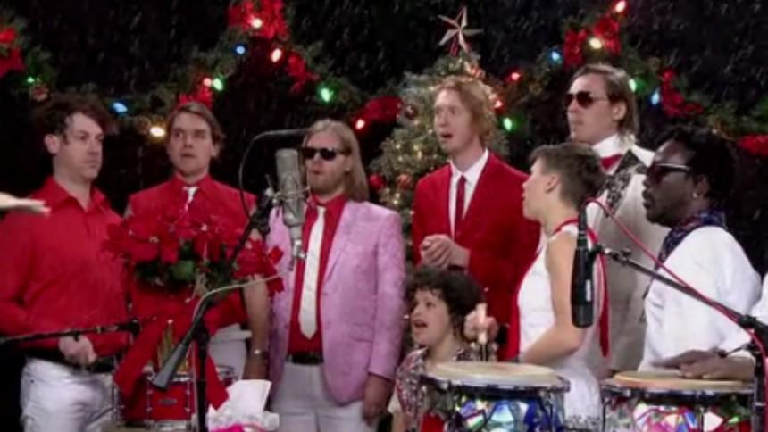 Se Arcade Fire sjunga skum jullåt