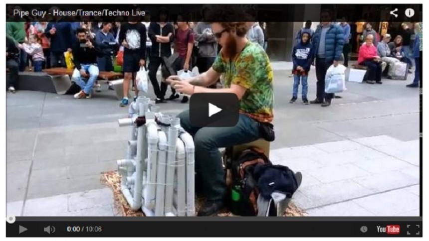 Se ''Pipe Guy'' skapa techno med tofflor och plaströr