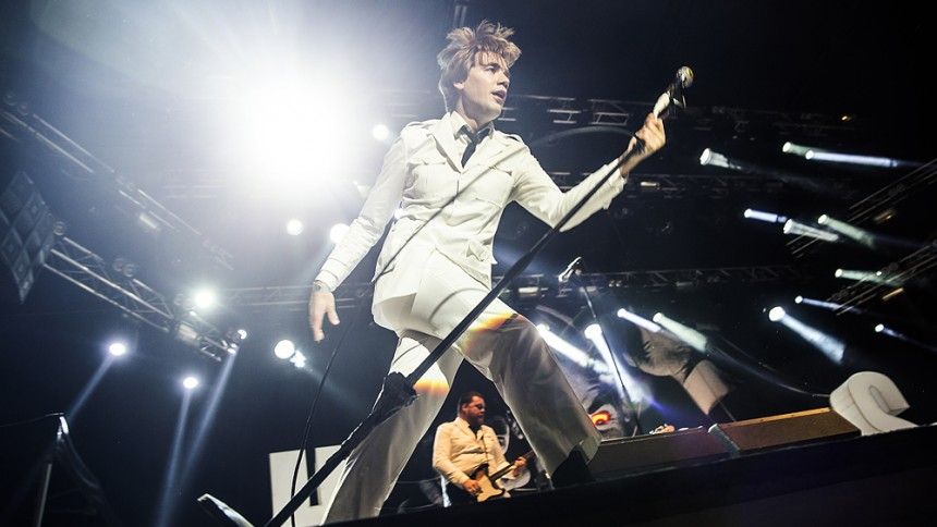 The Hives följer med rockgiganter på turné