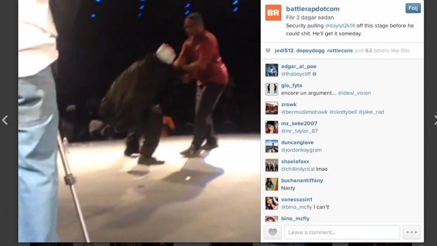 Här försöker rapparen bajsa på scen