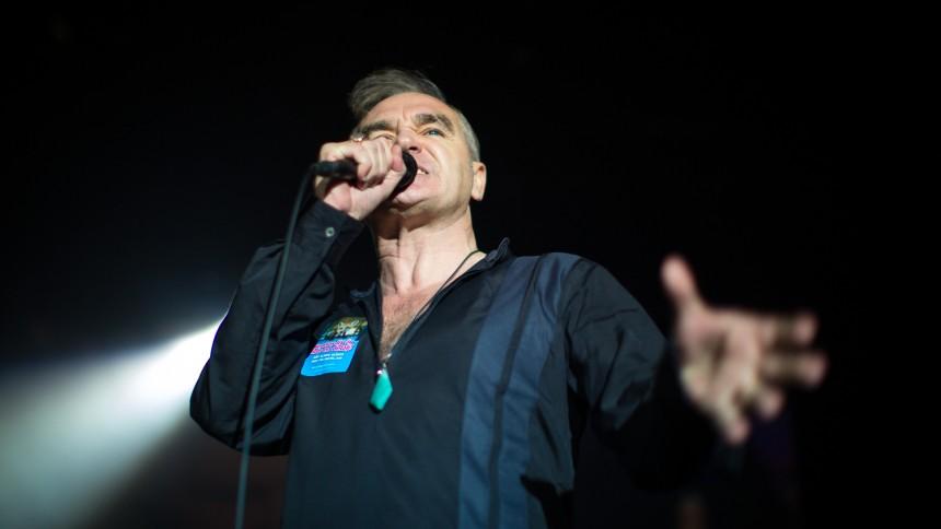 Morrissey stoppar konsert efter fans stormat scenen