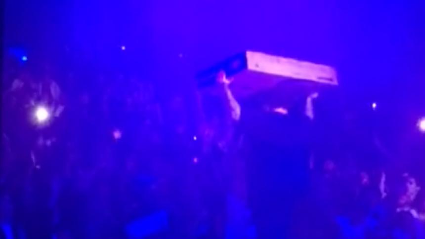 Vad är det rapparen kastar ut i publiken?