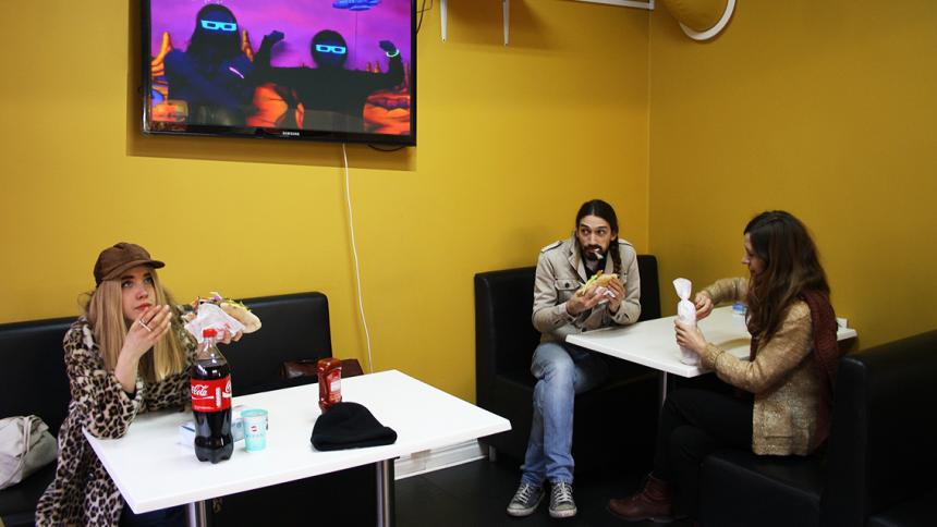 Skivbolag släpper musik via falafelrestaurang