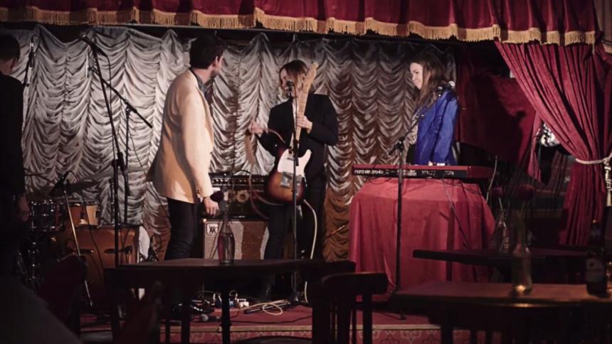 ''Se inte den här videon! Så vida du inte vill se oss spela låten orepad''