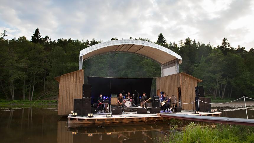 Festival med flytande scen – i ett träsk