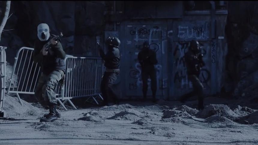 Polis stormade inspelning – se videon här