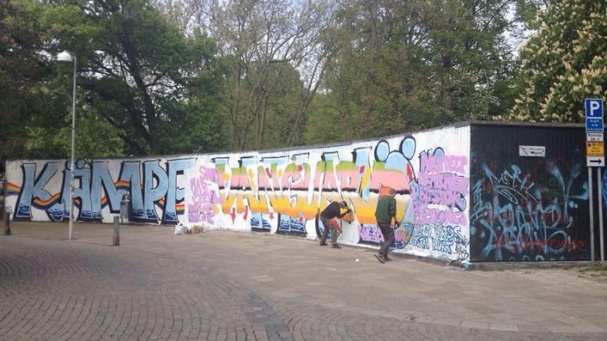 Antirasistisk målning förstörs med festivalreklam