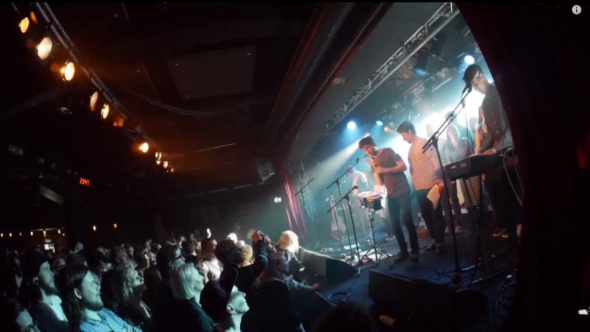 Se svenska indieband köra ABBA-klassiker ihop