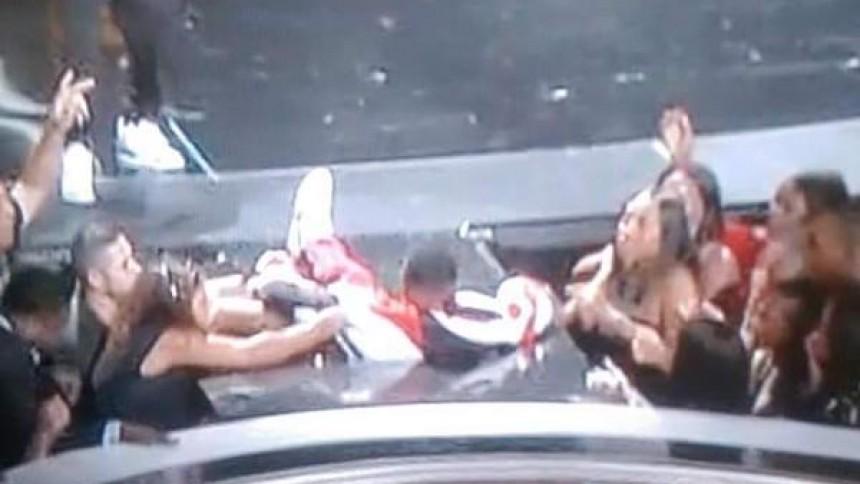Se P. Diddy falla genom lönndörr på scen