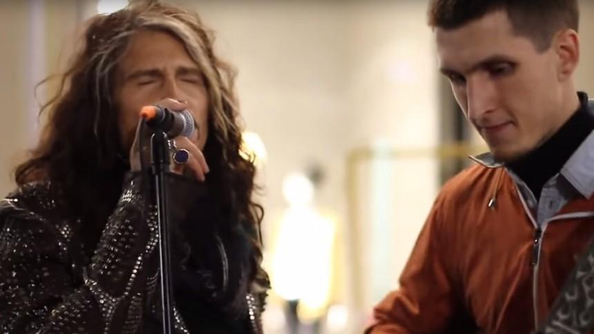 Se Steven Tyler sjunga med gatumusikant