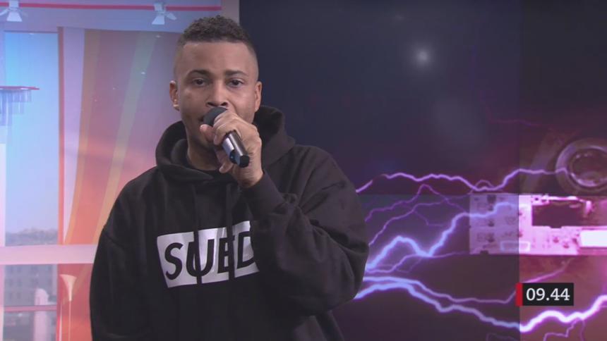 Rappar a capella i 10 minuter – programledaren rörs till tårar