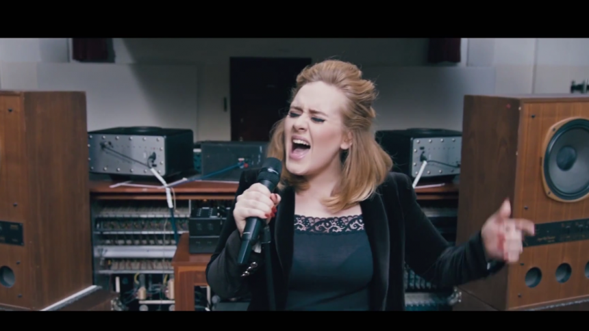 Se Adele framföra ny låt