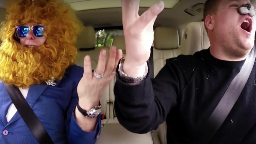 Se Elton John sjunga karaoke utklädd till ett lejon