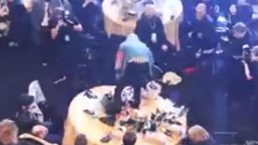 VIDEO: Här krossar stjärnan Coldplays bord