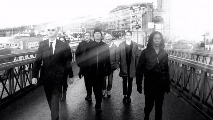 ''Vi står vid bron och tittar ut över en förvirrad värld''