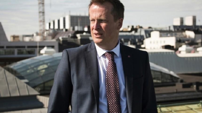 Ministern dissar Bråvalla - möts av mothugg