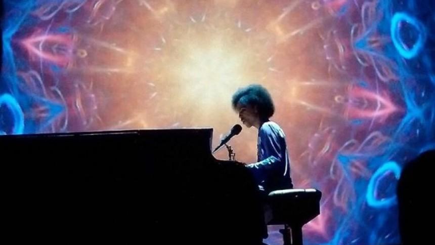 Se Prince göra cover på David Bowie