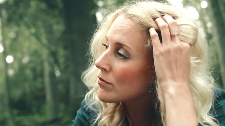 VIDEOPREMIÄR: Frida Andersson – En Idiot