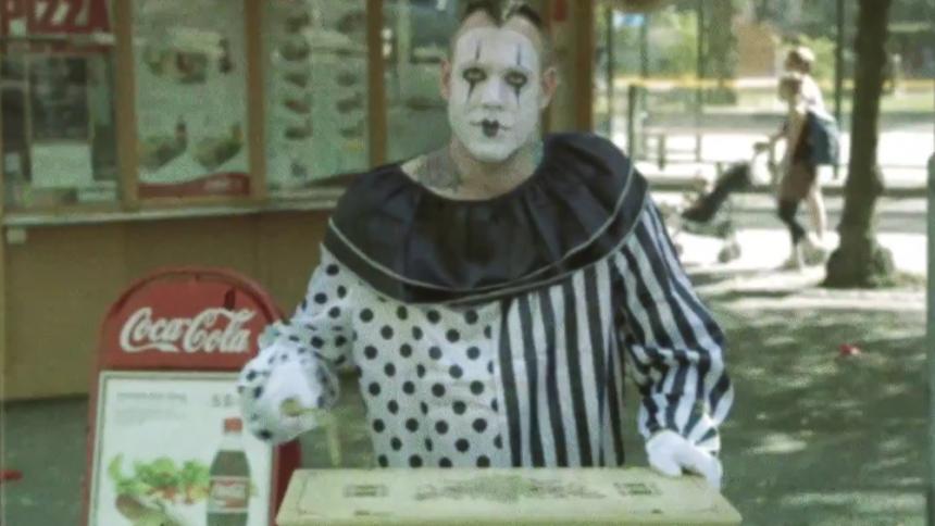 VIDEOPREMIÄR: Henric de la Cour gör stan som clown