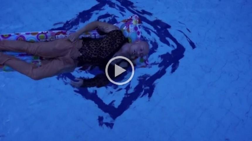 VIDEOPREMIÄR: Deppigt poolparty med Simon Norrsveden