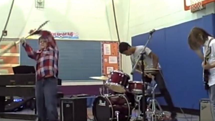 Yngling smashar gitarr – publikens reaktion är oerhört gullig