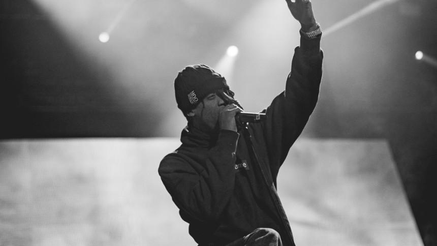 Rapparen strösslar pengar över fansen via Twitter