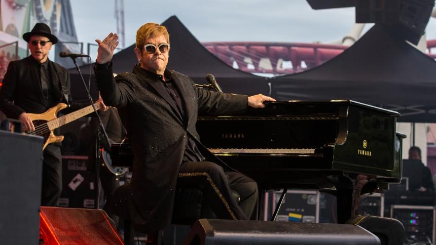 Se en irriterad Elton John storma av scenen