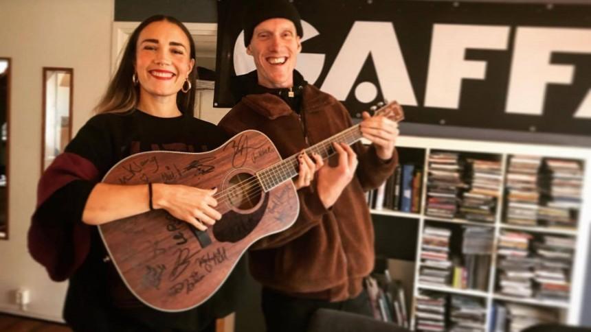Buda hem en gitarr fullspäckad med autografer!
