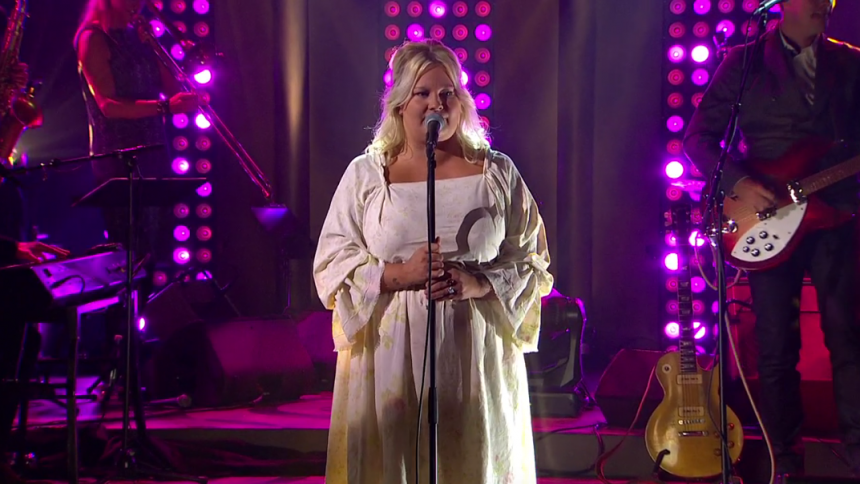 Se Sarah Klang erövra Sverige – på bästa sändningstid
