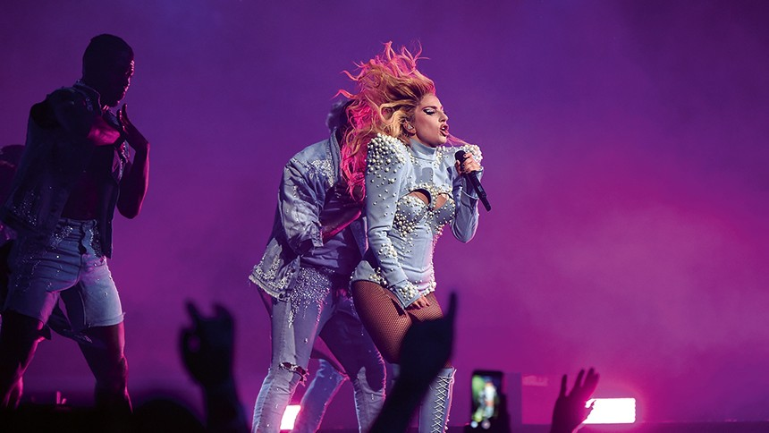 Dråplig situation när fan tappar Lady Gaga – se klipp
