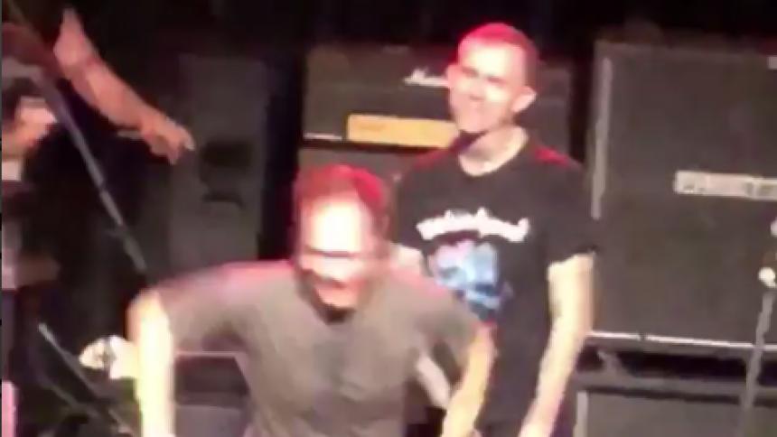 Här hoppar fanet ut i publiken – ingen tar emot