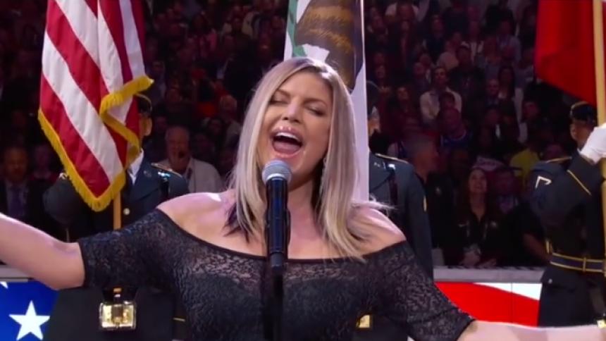 Se stjärnan göra hånat jazzkaos med nationalsång