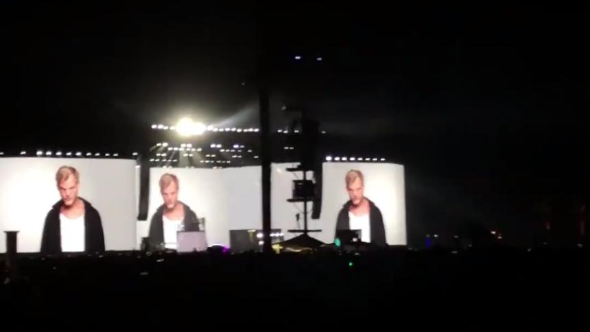 Här hedras Avicii av tusentals fans på Coachella