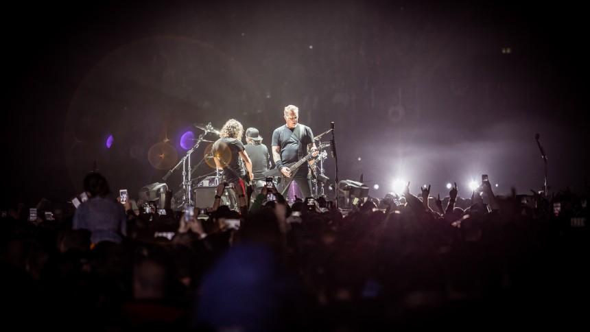 Se Metallica framföra svensk punkklassiker på Ullevi