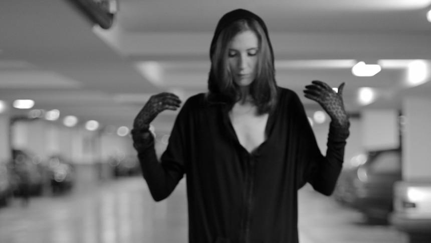 PREMIÄR: En låt om att känna sig främmande och fejk