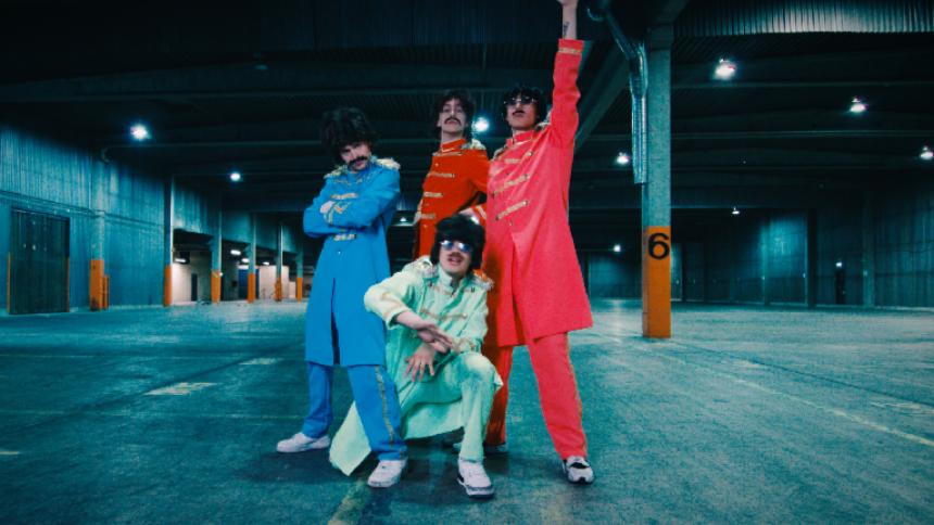 Hov1 driver med bilden av sig själva – utklädda till The Beatles
