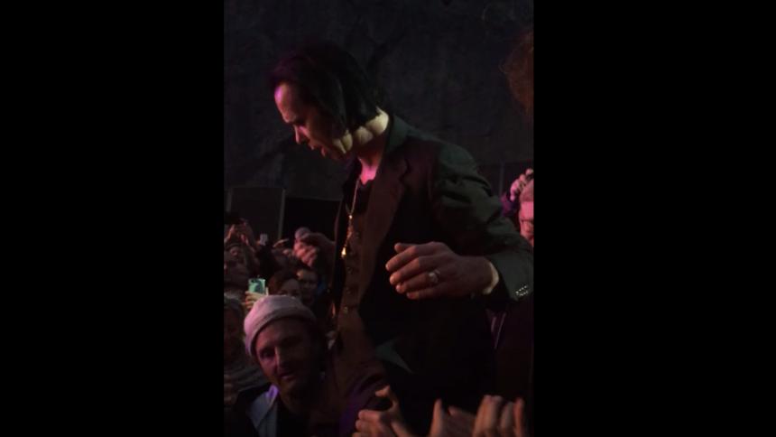 Här blir Broder Daniel-medlemmen tillrättavisad av Nick Cave