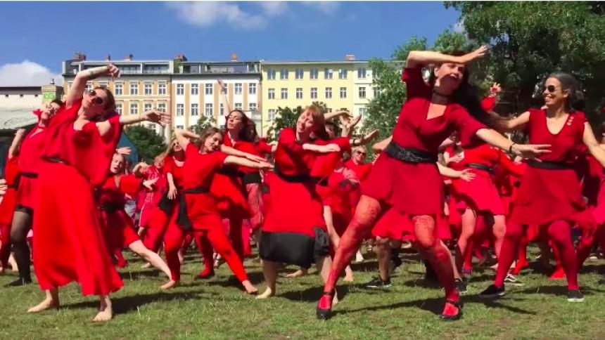 Se hundratals Kate Bush-fans återskapa den klassiska videon