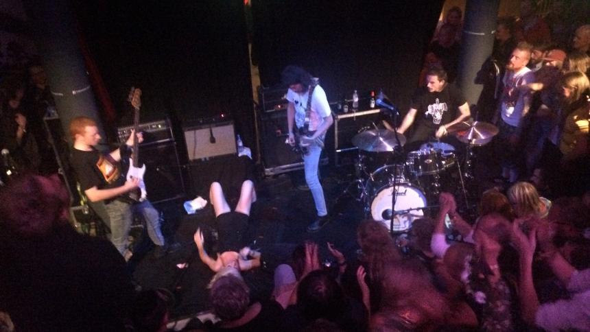 Svettigt punkröj i knät på publiken