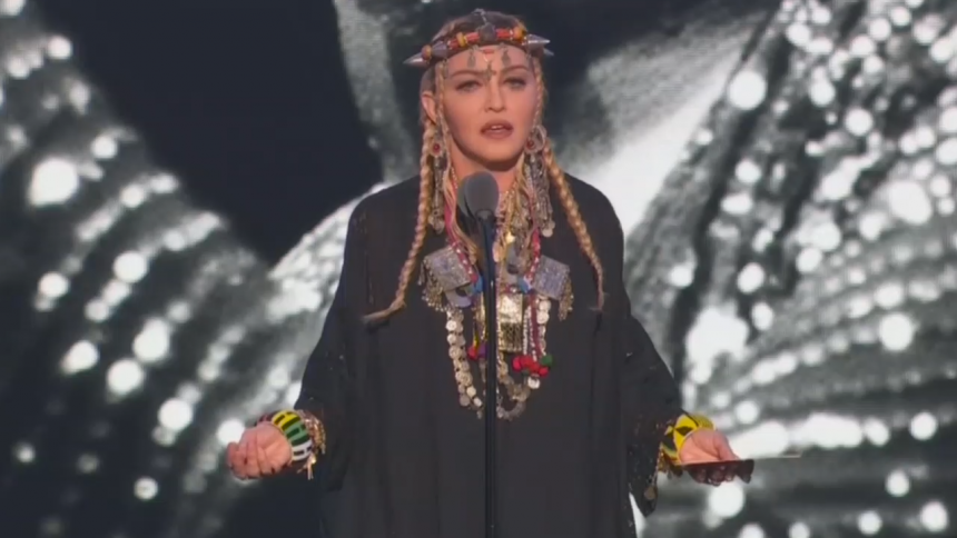 Madonna hyllar Aretha Franklin – och sågas