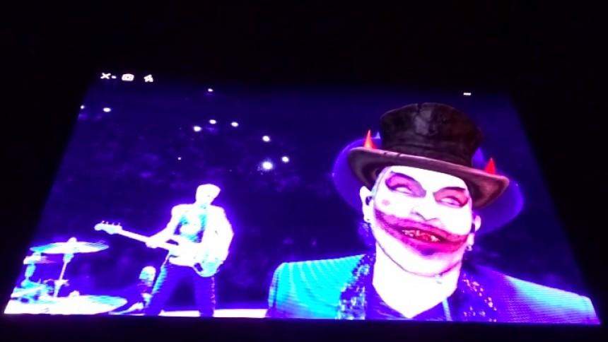 Se när U2 hånar Jimmie Åkesson på scen