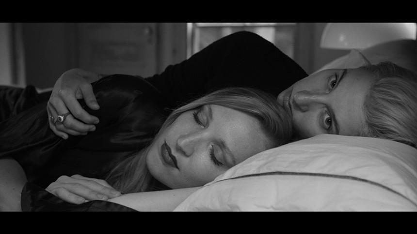 Se filmisk musikvideo med referenser till Alfred Hitchcock och Twin Peaks