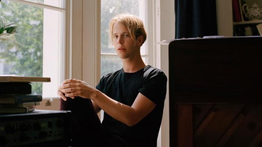 Välter pianon och utmanar Elton John