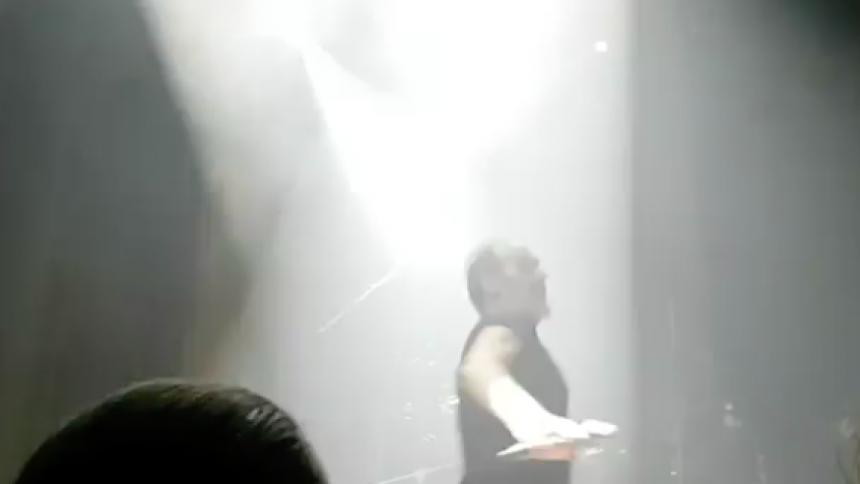 Se när gothikonen kastar glas från scen och brottas ner av vakter
